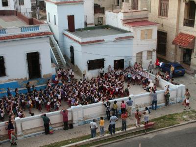 Schoolkinderen hijsen de vlag